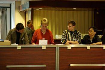 (ki-ka) Christopher Bonnett, Ilse van Bemmel, Mark den Brok, dan Tri L. Astraatmadja di meja registrasi.